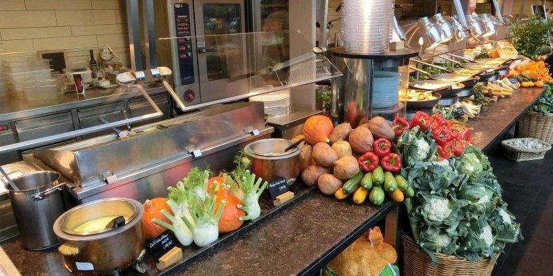 Servér mad- og drikkevarer på serveringsbakker i flot og praktisk design